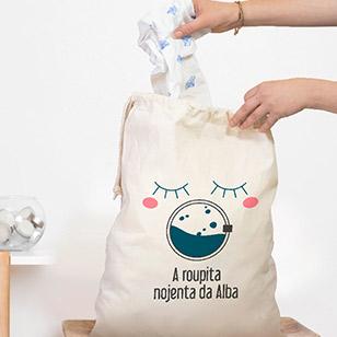 Um lindo saco personalizado de tecido no qual possa pôr a roupa suja