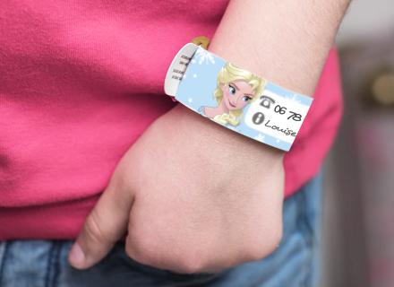 Unn bracelet pour contacter en cas d'urgence