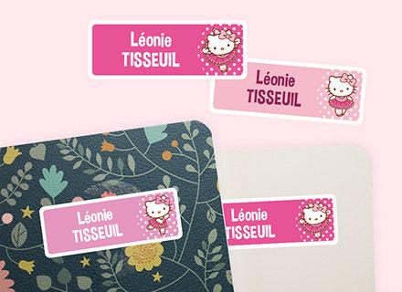 Des étiquettes Hello Kitty sur des cahiers ou des livres