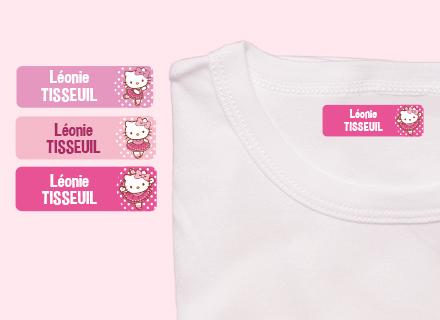 Une étiquette thermocollante Hello Kitty sur un t-shirt