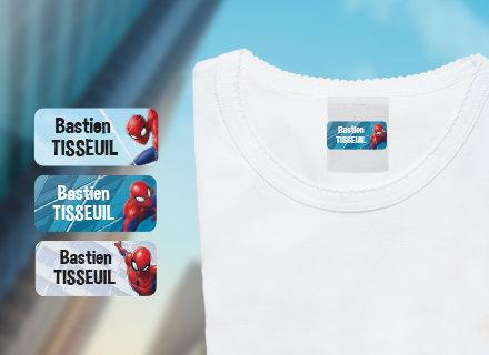 Des étiquettes Spiderman avec le nom de votre enfant sur un t-shirt