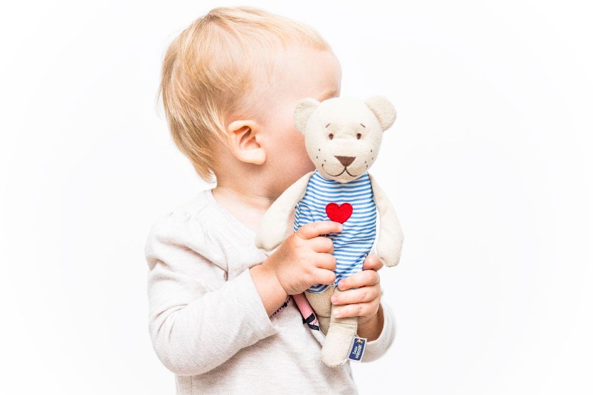 Enfant et son doudou prêts pour la crèche