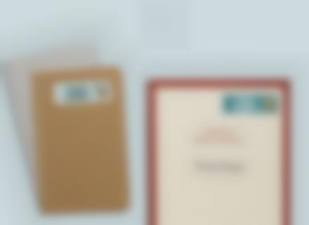 Des autocollants rectangles sur des livres