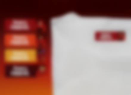 Une étiquette thermocollante Indestructibles sur un t-shirt